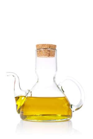 aceite de oliva: El aceite de oliva virginal adicional reflej� en el fondo blanco Foto de archivo
