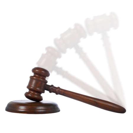 arbitrar: Mazo de madera en la acci�n de la corte aislada en el fondo blanco