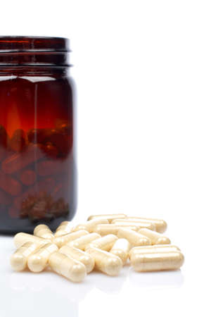 doses: Capsules in de buurt van de kolf, ondiepe DOF. Weerspiegeld op witte achtergrond