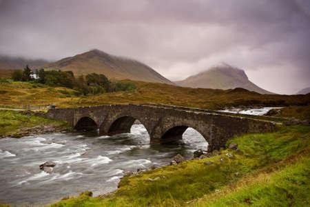 Bridge on Sligachan with Cuillins Hills to the fund. Isle of Skye, Scotland Banco de Imagens