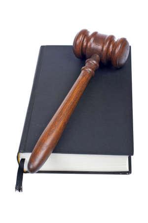 arbitrar: Mazo de madera del libro de la corte y de ley aislado en el fondo blanco. Dof Bajo