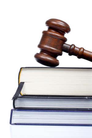 arbitrar: Martillo de madera de la corte y el derecho libros aislados en fondo blanco. Someras DOF  Foto de archivo