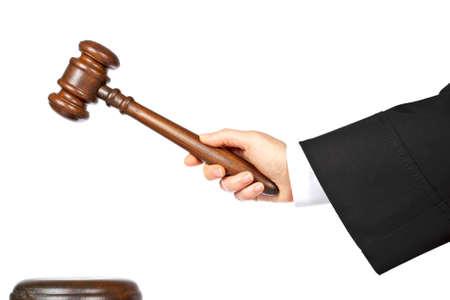 martillo juez: Mujer juez est� a punto de anunciar el veredicto, aislados sobre fondo blanco