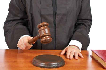 arbitrar: Una mujer juez en una sala de audiencias golpear el martillo. Profundidad de campo