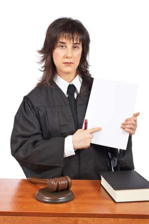 mandato judicial: Un juez femenino se�ala al orden judicial en blanco, sobre un fondo blanco. Profundidad del campo baja Foto de archivo