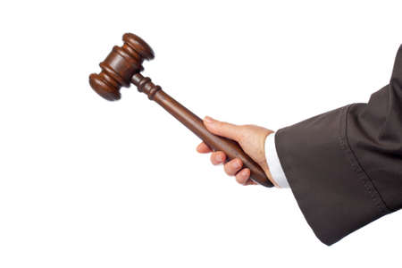 martillo juez: Mujer juez est� a punto de anunciar el veredicto, aislados en fondo blanco