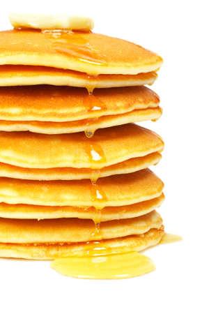 hot cakes: Una gran pila de panqueques con jarabe y la mantequilla en el enfoque. Profundidad de campo