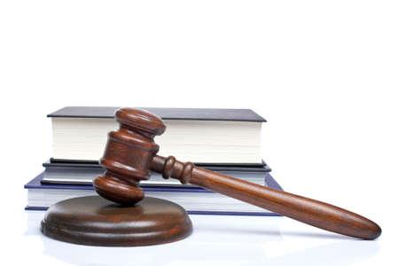 Hölzerne Hammer aus dem Gericht und Recht Bücher isoliert auf weißem Hintergrund. Stehrevier DOF