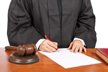 mandato judicial: Una jueza en blanco para firmar una orden judicial, a lo largo de un fondo blanco. Profundidad de campo