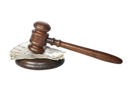 arbitrar: Martillo de madera y las facturas de d�lares en el tribunal aislados en fondo blanco  Foto de archivo