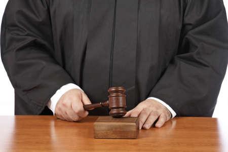 arbitrar: Un juez de sexo masculino en una sala de audiencias golpear el martillo. Profundidad de campo Foto de archivo