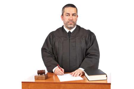 mandato judicial: Un juez de sexo masculino en una sala de audiencias a firmar una orden judicial en blanco Foto de archivo