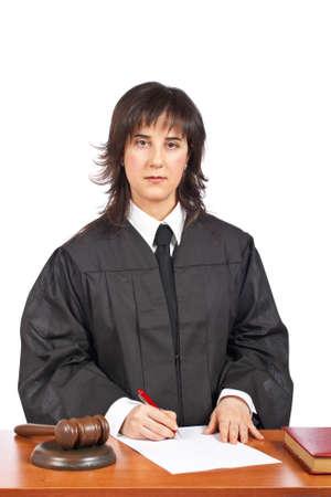 mandato judicial: Una jueza firmar en blanco a una orden judicial, en un fondo blanco. Profundidad de campo