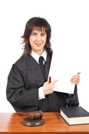 mandato judicial: Una jueza de puntos en blanco a una orden judicial, en un fondo blanco. Profundidad de campo Foto de archivo