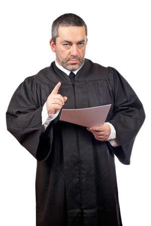 oracion: Grave masculina juez la lectura de la frase, aisladas sobre fondo blanco sobre un fondo blanco