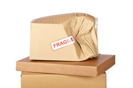 Danneggiato scatola di cartone, isolata su sfondo bianco