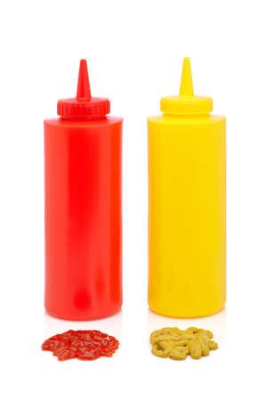 squeezed: Botellas de ketchup y mostaza aisladas sobre fondo blanco Foto de archivo