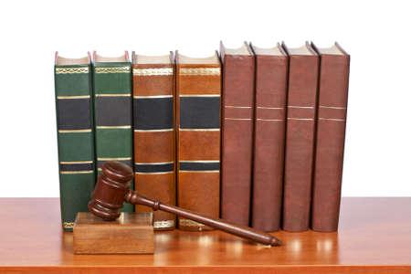 arbitrar: Mazo de madera de la corte y los libros de la antigua ley se refleja en el fondo blanco. Poca profundidad de archivo de