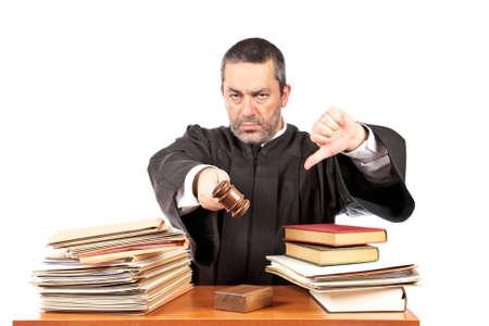 oracion: Hombre enojado juzgar en un tribunal que se llama la atenci�n el martillo y pronuncia la frase. Centrarse en el frontal y muy poco profundo profundidad de campo
