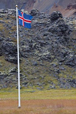 icelandic flag: Bandera de Islandia en Myvatn, reserva natural de Fjallabak, Islandia, Islandia