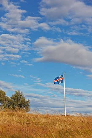 icelandic flag: Hermosas nubes sobre la bandera islandesa, Islandia