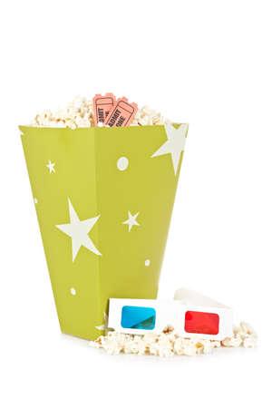 edibles: Popcorn secchio con due biglietti e occhiali anaglifi 3D isolati su uno sfondo bianco