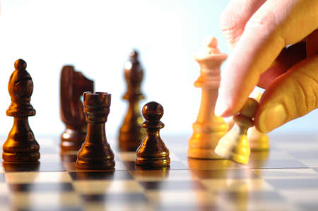 jugando ajedrez: cerca mano jugando ajedrez Foto de archivo