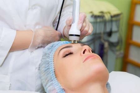 Radiofrequency face lifting procedure for face contour correction. Modern RF lifting for burning subcutaneous fat and tightening the skin. Standard-Bild
