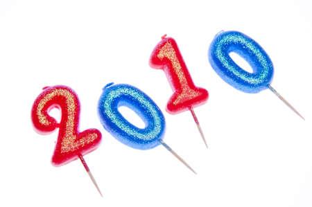 빨강 및 파랑 촛불 흰색 배경에 격리 된 함께 2010 축하 해요.