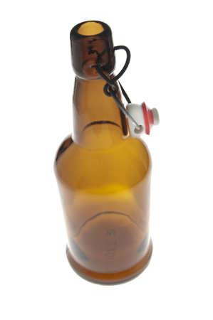 carbonation: Una botella de vidrio marr�n vac�a con un corcho pl�stico utilizado por personas que hacen de cerveza o refrescos como un hobby. Con el corcho blanco y rojo en su lugar el proceso de carbonataci�n es capaz de tomar el lugar. Aislado en un fondo blanco.