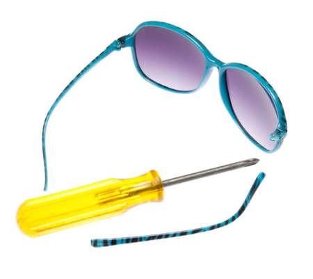 ブルーのサングラス紫色のレンズとそれらを修正する黄色のドライバーが壊れてください。
