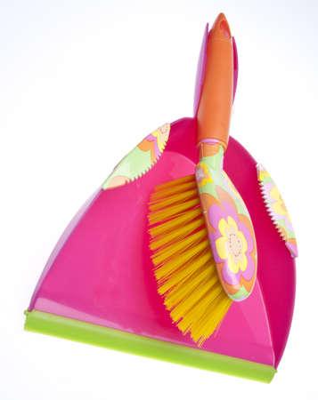 Levendige stof pan en sweeper voor spring cleaning.  Op white met een uitknippad geïsoleerd.