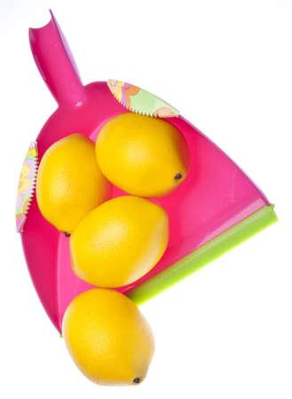 Roze stof pan met heldere gele citroenen symboliseert Spring Cleaning.