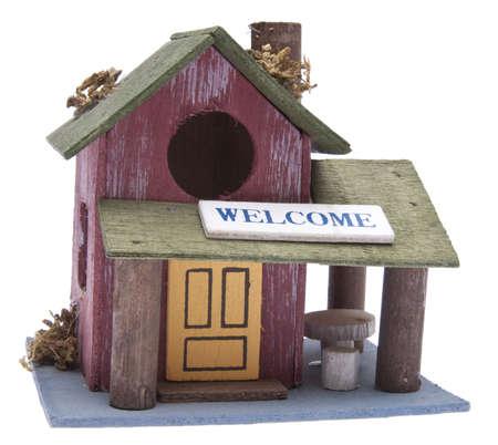 sold small: Piccolo Agriturismo con segno di benvenuto. Pu� essere utilizzato per immobile, Home e concetti Bird House. Isolated on white con un tracciato di ritaglio.