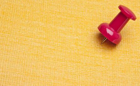 Levendige Push pins markeert de plek op een gele achtergrond.