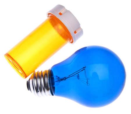処方ボトルと青の電球 siggest アイデア健康管理について 写真素材