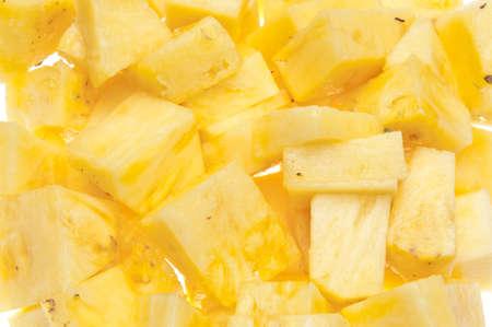 Verse gesneden gele ananasachtergrond op wit. Stockfoto