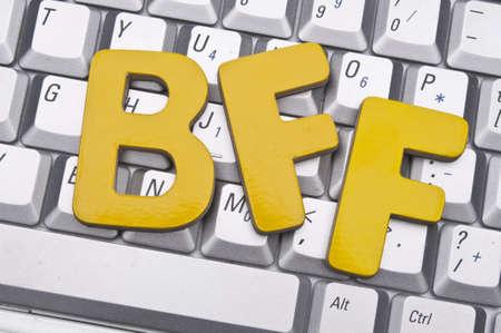 BFF (ベスト フレンド永遠) ラップトップ キーボードの概念イメージを作るオンラインの友人のために。 写真素材