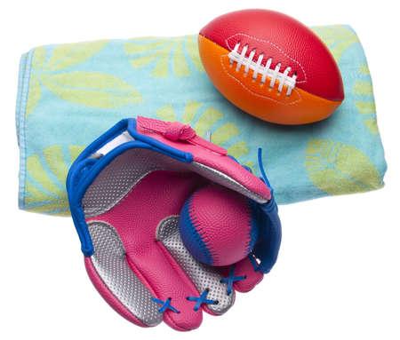 sporting goods: Toalla de playa con una variedad de juventud Sporting Goods. Aislados en blanco