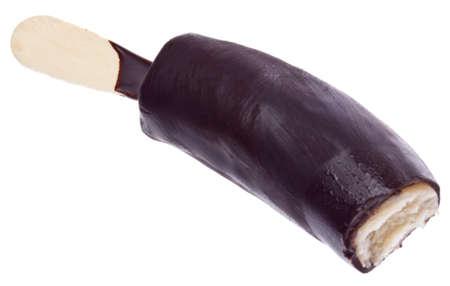 comida congelada: Congelados chocolate banana cubierta aislada en blanco
