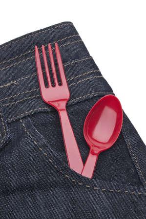 Ausnehmen Sie Food Konzept mit Denim Jeans mit einem roten Gabel und Löffel in die Tasche, isoliert auf weiss her  Standard-Bild - 7211268