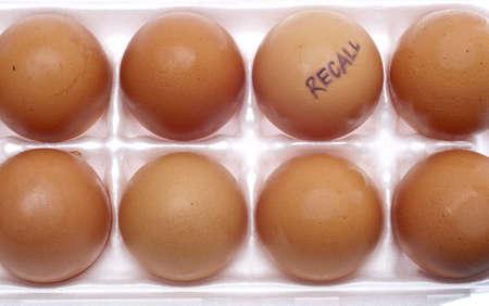 monella: Imagen de concepto de recall de huevo con Brown huevos en una caja de cart�n blanco.