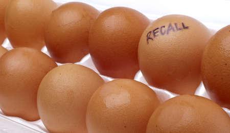 Ei Recall Konzept Bild mit braune Eier in einem weißen Karton. Standard-Bild - 7649156