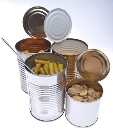 Groep van conserven ingeblikte groenten met inbegrip Yam, gele Squash, groene bonen, en Mushroom segmenten en pieces. Op een verloop achtergrond.
