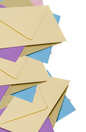 Stapel van heldere enveloppen, leuke briefpapier grens!  Op white geïsoleerd  Stockfoto