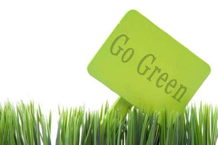 Ir verde firmar en hierba fresca aislado en un fondo blanco.  Foto de archivo - 8255925