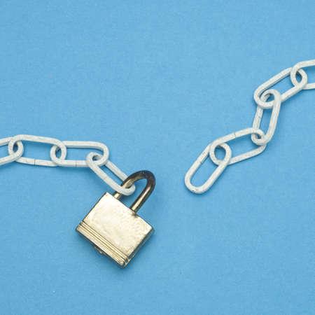 cadena rota: Rotura de cadena y concepto de bloqueo de seguridad en azul vibrante.