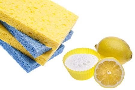 Natürliche Reinigung mit Zitronen, Schwämme und Backpulver Umweltfreundliches Konzept. Standard-Bild