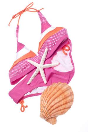 two piece bathing suit: Concepto de verano Bikini con Bikini y conchas aislados en