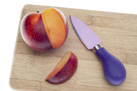 新鮮なネクタリンを木の板にナイフでスライス。